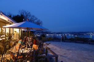 カフェの前に広がる湘南の夜景を楽しむ贅沢。