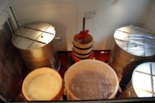 2階のワイン食堂から見おろした1階の醸造