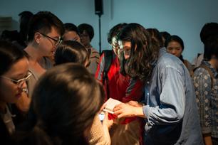 同じく囲まれる、小林さん。著書(繁体字版)も講演会場で紹介され、沢山の方が手に取られていました