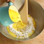 3. 大きなボールに振るった薄力粉を入れ中心を凹ませ、そこにドライイースト、砂糖を入れ①を少しずつ入れながら中心部から木べらで混ぜる。(②)