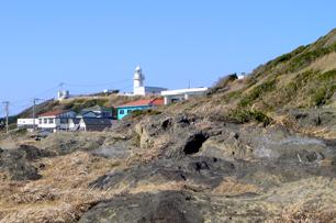 小高い丘の上に立つ城ヶ島灯台