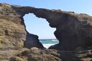 長年の荒波と強風で穴があいた馬の背洞門