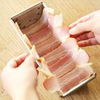 4. 型にスライスベーコンを5〜6枚、少し重ねるように並べておく。(両端がはみ出るように。)