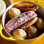8. 一時間経ったら、鍋に茹でたじゃがいもソーセージを入れ180℃で30分オーブンに入れる。
