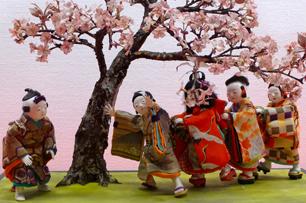 伊皿子三井家の御所人形は明治期の作 桜の木の下の子捕り遊び
