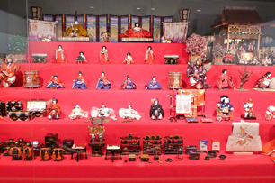 浅野家に嫁いだ久子氏の華やかな五段飾りは京都の人形師の作