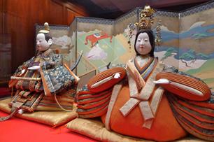 江戸時代の享保雛は高さ45cmほど、三井苞子(もとこ)旧蔵品