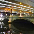 首都高速下、夜の日本橋は昼間とは違う景色だ。