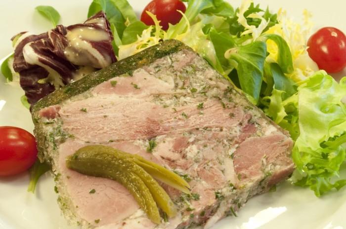 パセリの入ったゼリーでまとめられたハムのパテ、ジャンボン・ペルシエ。ブルゴーニュの前菜の王様である。ハムを白ワインで煮ているので、白ワインをあわせる