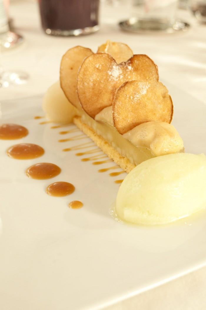 デザートのひと皿。栗のデザート、アマレット風味のマスカルポーネのシャーベット添え。チェリーとチョコレート風味のリキュールと