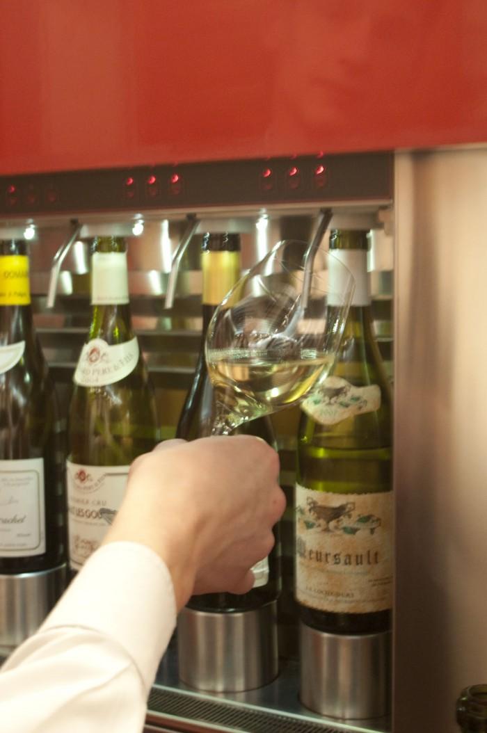 グラス・ワインのサーバー。かなりいいワインまで70種がグラスで飲める