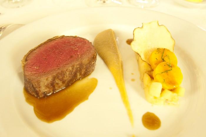肉料理は、鹿肉のソテー、ヘーゼルナッツのプラリネ、カボチャの炊き合わせ