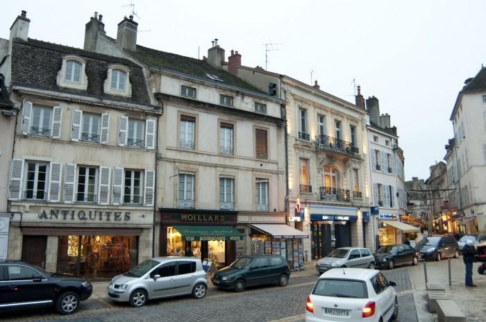 ボーヌの街の中心、マドレーヌ広場を囲む街並み