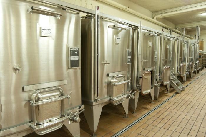 小型の密閉型ステンレスタンクで発酵