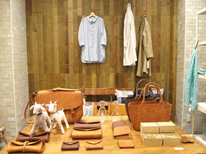 『石見銀山生活文化研究所』の東京で初の業態のお店になる『gungendo』。『Gungendo Laboratory』の洋服、岡山の革製品『Dove & Olive』のバッグ、ペンケース、コインケースなど。