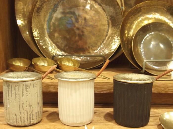 岡山で真鍮素材のカトラリー、雑貨を作る『Lue』のアイテムも。真鍮の7寸皿 7,200円、スプーンとフォークが一体となった スフォーク1,200円。馬場勝文さんのシュガーポット 3,000円。