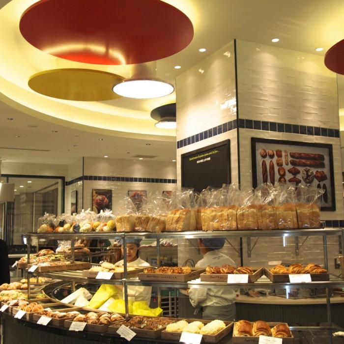 B1F『GONTRAN CHERRIER / Table conviviale』。サークル型のカウンターをぐるっとまわりながらパンを選べます。『Table conviviale』は全41席。