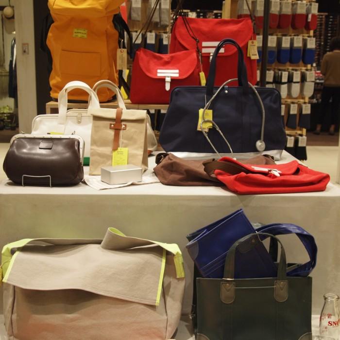 4月1日まで「新生活」をテーマに開催される「月市」。写真は『しごとのかばん』展より岡山『バッグワークス』のバッグ。様々な仕事鞄をモチーフに新しいデザインを提案しています。新聞配達の鞄はニュースペーパーマン 8,200円、牛乳配達に使うバッグはミルクマン 5,800円に。