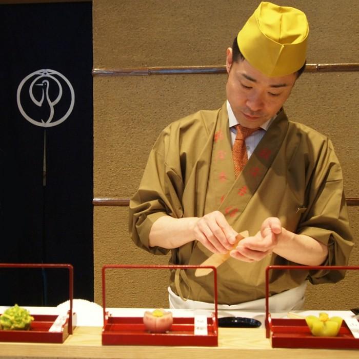 菓匠が和菓子作りを実演『菓遊茶屋』。ちなみに形つくりに使っているへらは「よつべら」。