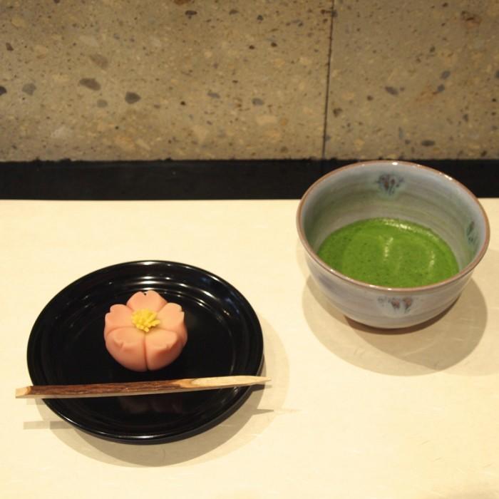 『菓遊茶屋』の和菓子と抹茶のセットは1,200円。写真の練りきり和菓子「福桜」は4月15日までの販売。