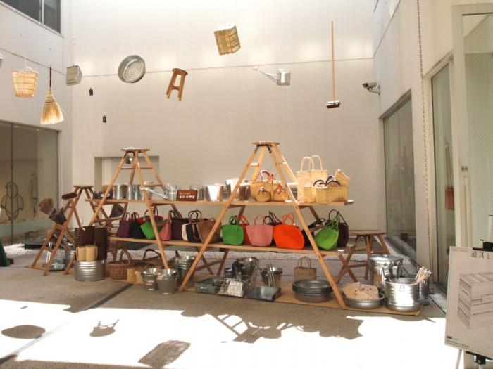 『松野屋 × shunshun「道具と素描」展』 エントランスより。高い天井の宙に舞う箒、ちりとり、鐘、籠、如雨露、盥! 棚は脚立を上手に利用。
