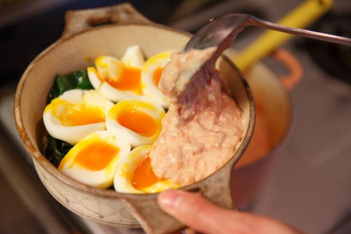 8. 準備しておいたオーブン皿に、半分にカットした半熟卵を並べ、全体を覆うように7を流し入れ、200℃のオーブンで30分ほど焼く。