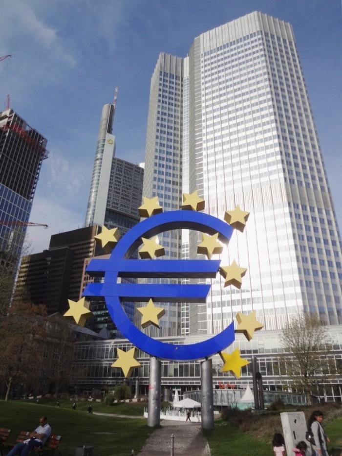 欧州中央銀行とユーロマークのモニュメント。経済関係の報道でお馴染みです。