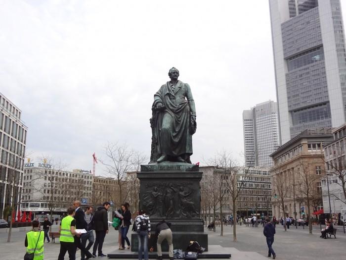 ゲーテ広場に移動してきたゲーテ像。
