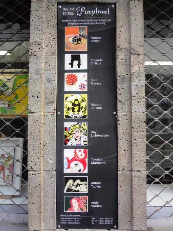 レーマー広場近くのギャラリーラファエル。取扱い作家の看板には村上隆作品も掲載されていました。
