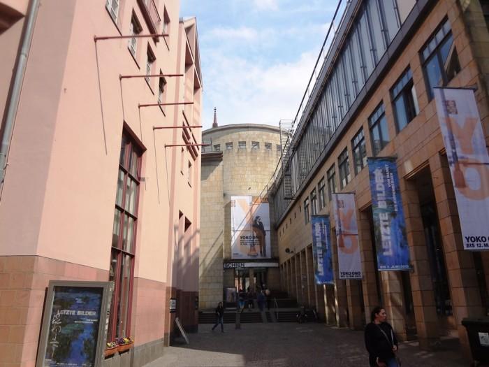 シルン美術館の入口へ続く道。