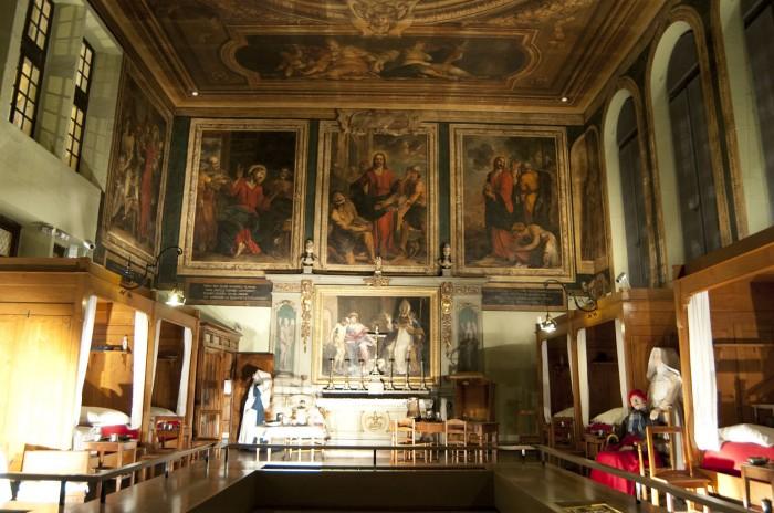 キリストの壁画に見守られる特別な病室「聖ユーグの部屋」