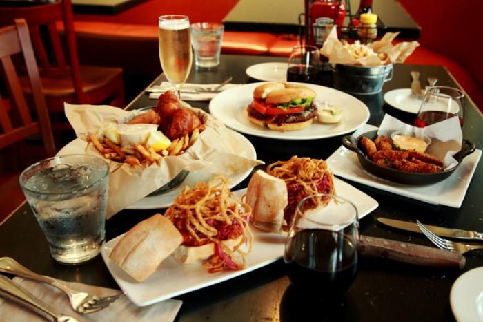 アメリカンなお皿の数々に合わせて、バイ ザ グラスも選り取り見取り