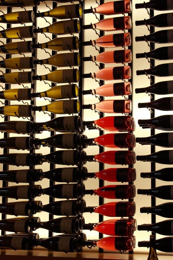 ワインの色調が際立つ、ワイナリー独特のボトル・ディスプレイ
