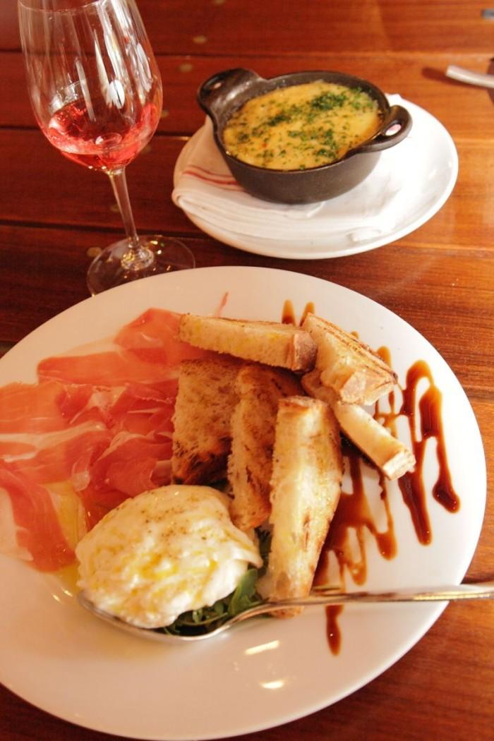 ロゼとカリフォルニア版ハモン・セラーノの軽い皿。同じ色調の料理と合わせるのもグッド