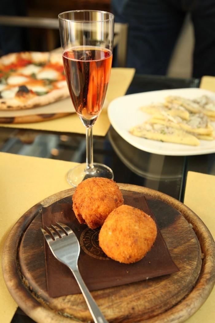 前菜はロゼ・スパークリングにシチリア名物のアランチーニを合わせて