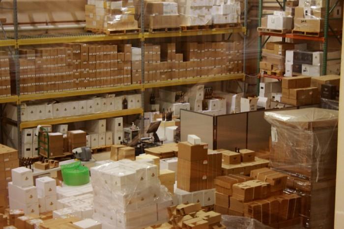 梱包資材がところ狭しと並ぶ、ワインのパッケイジング・ヤード