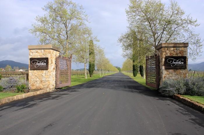 ワイナリーのゲート。両側には延々とブドウ畑が連なる