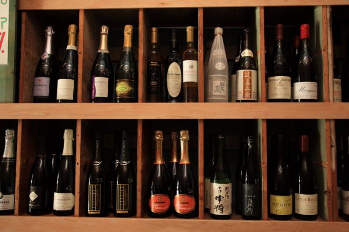 ワイン・バーの棚には日本酒まで並ぶ