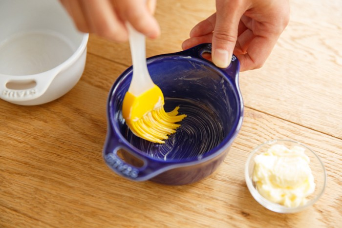 1.ココット皿やカップにクリーム状にしたバターを塗る。(手やハケで)
