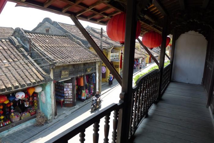 2階のテラスには赤い提灯、屋根瓦は中国スタイル?