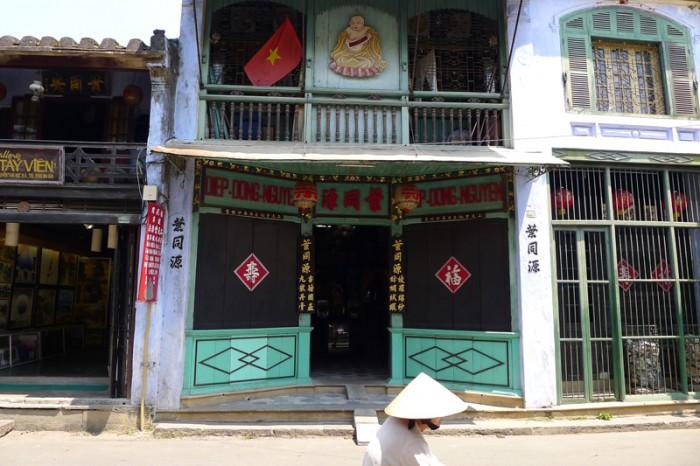 エメラルドグリーンの中華風建築にベトナムの赤旗