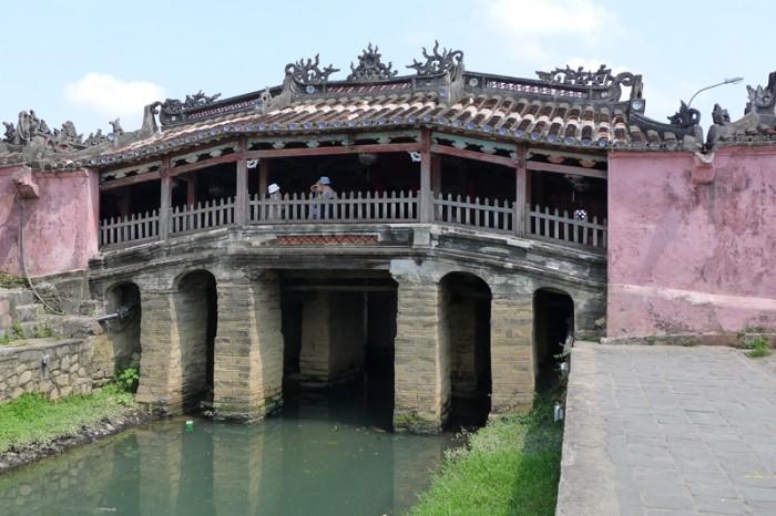 日本人が建てたとされる屋根付きの橋は壁がピンク