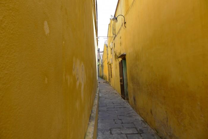 黄色い壁の路地は異次元への入り口か?