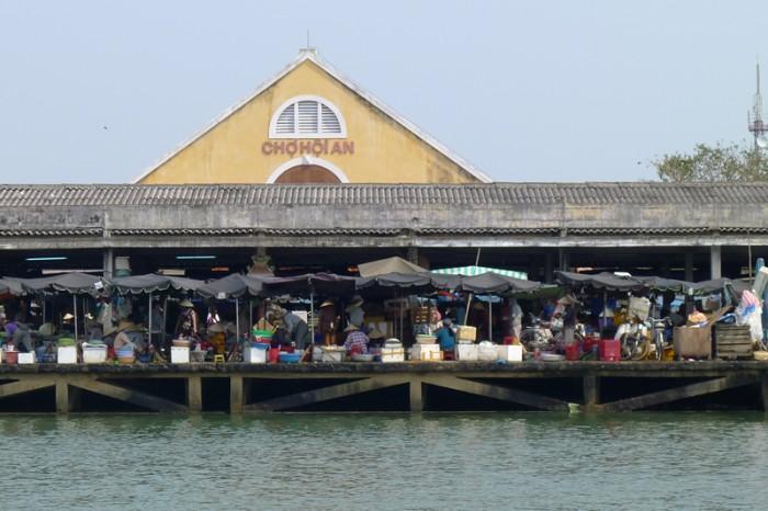 港に続く魚市場で働いているのは女性ばかりだった