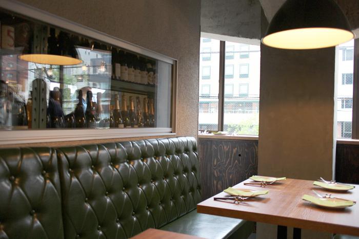ダイナーという名の通りカジュアルで居心地のいい店内。左の大きなガラスの向こう側はワインセラー。