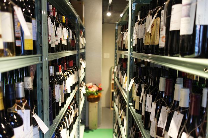 ワインセラーでワインを選んで、お店で飲めます。3,000円未満のワインは+1,500円、3000以上のワインは+1,000円