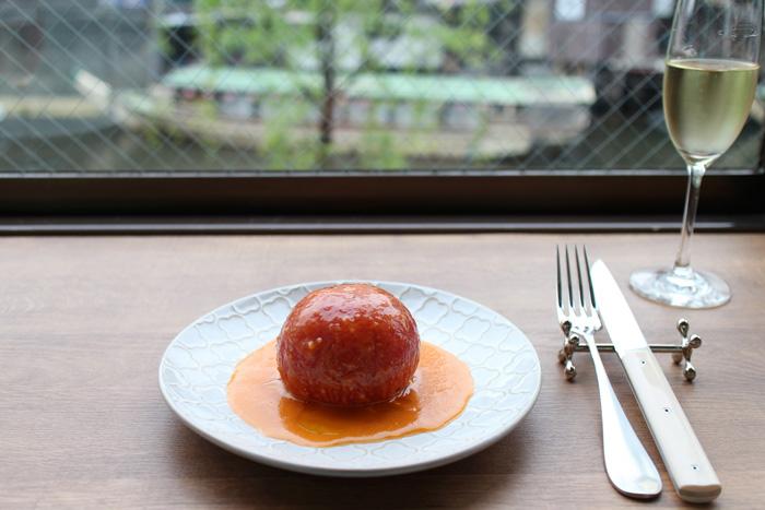 定番料理より「完熟トマトの丸ごとマリネ」500円。山田シェフの引き算テクニックが生かされています。