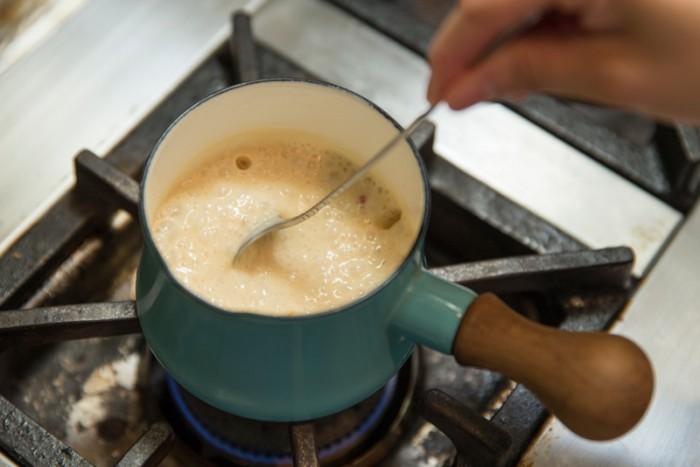【ピンクペッパーのレモンクリームソース】生クリーム、レモンの絞り汁を入れさらにとろりとするまで10分ほど弱火で煮詰める。