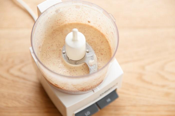 【ピンクペッパーのレモンクリームソース】火から下ろし氷水などで粗熱をとったらミキサーで攪拌して完成。