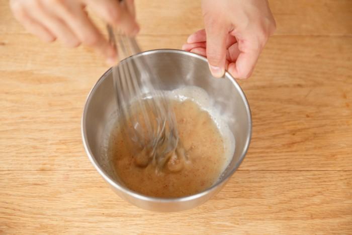 【キャロットラペ】ピンクペッパーレモンクリームソースとドレッシングの材料を全て混ぜ合わせる。スライスしたにんじんと和えて完成。